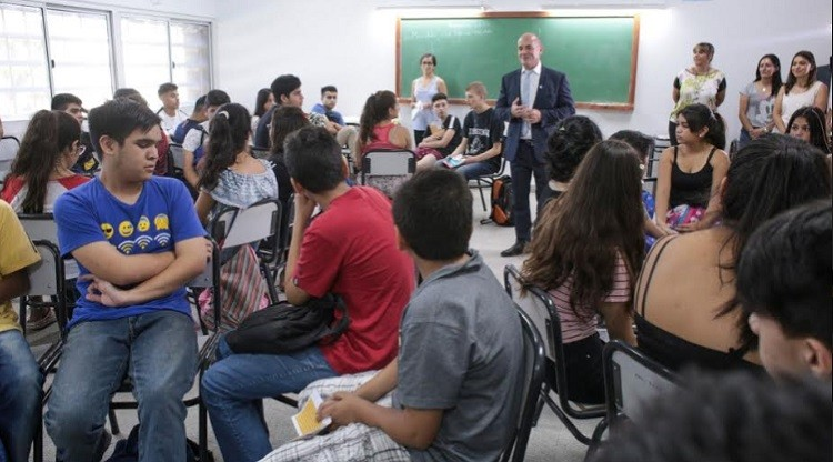 Lichtmajer visitó a alumnos que participan de clases de apoyo