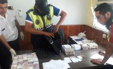 Un ladrón robó de una camioneta un maletín con medio millón de pesos en Esquina Norte