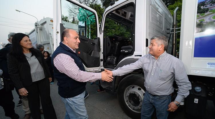 Manzur entregó dos nuevos camiones recolectores en Aguilares