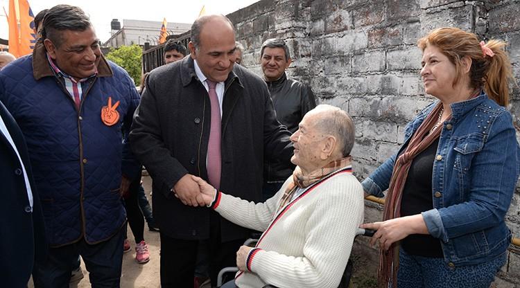 Manzur visitó a familias del barrio Villa Urquiza