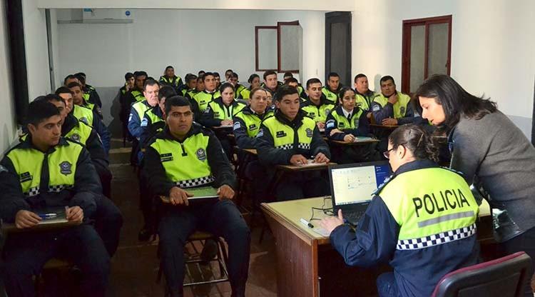 Capacitan a policías sobre violencia de género