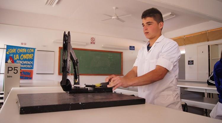 Un alumno construyó un brazo hidráulico con objetos reciclados