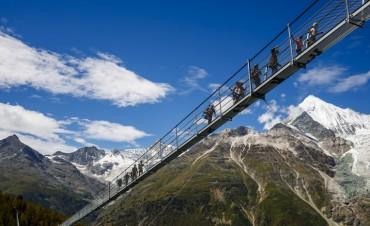 Una vista espectacular: abrió en los Alpes suizos el puente colgante más largo del mundo