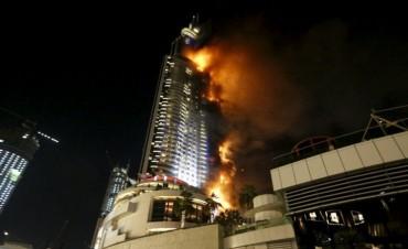 Impactante incendio arrasó con varios pisos de un rascacielos en Dubái