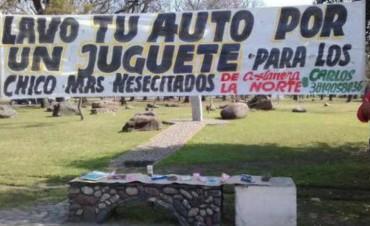 Lavan autos a cambio de un juguete para los niños de Costanera Norte