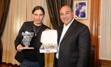 El Gobernador reconoció al cantante Daniel Agostini