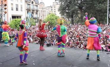 Panam y su circo hizo bailar a miles de niños en Plaza Independencia