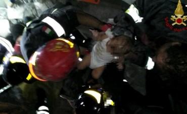 Sismo y milagro en Italia: luego de 14 horas, rescatan a tres hermanos de los escombros