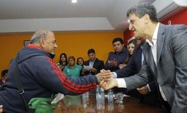 Entregaron escrituras a más de 30 familias de La Bombilla