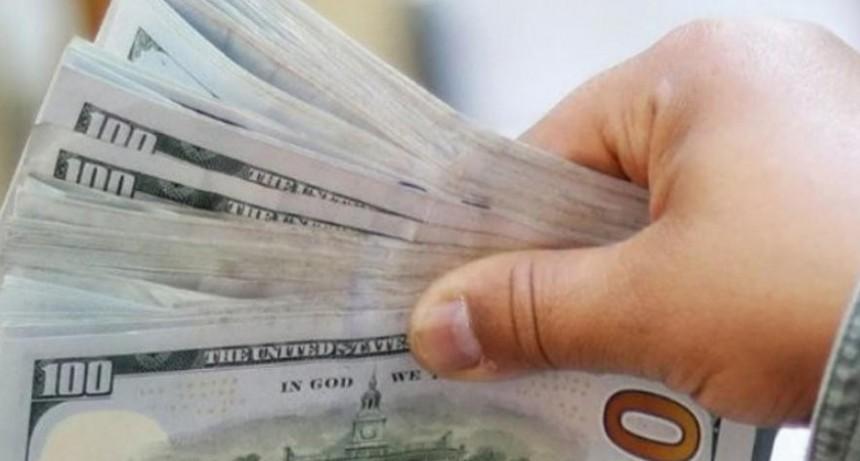 El dólar blue subió al récord de $145 y economistas prevén un empeoramiento de la situación