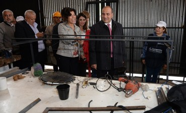 Manzur visitó un taller de herrería comunitario en Barrio Piedra Buena